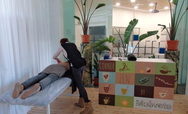 Trabajadora de HealthSport360 realizando un masaje
